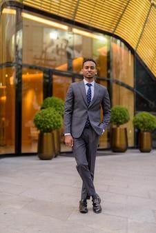 スーツを着て屋外でハンサムなアフリカのビジネスマンの肖像画