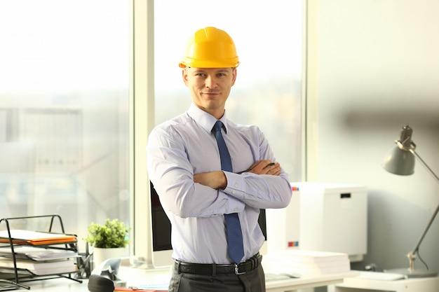 Портрет красивого архитектора-строителя в офисе