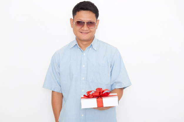 ギフトボックスを保持しているハンサムなアジア人男性の肖像画