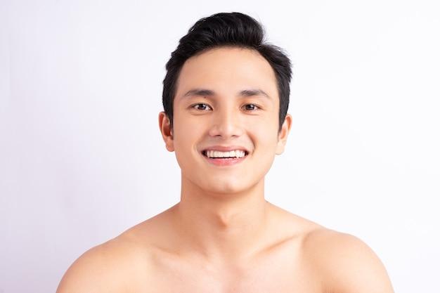 Портрет красивого азиатского мужчины, улыбающегося