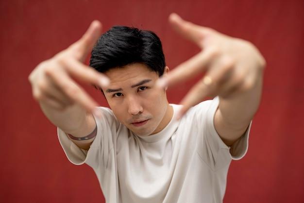 잘생긴 아시아 남자의 초상화