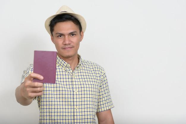 パスポートを示すハンサムなアジアの観光客の男の肖像画