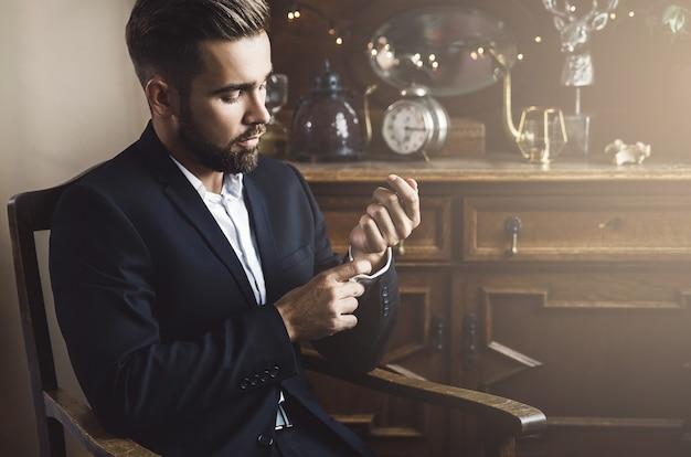 블랙 클래식 정장을 입고 잘 생긴 수염 된 남자의 초상화