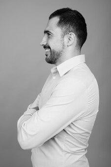 黒と白の灰色のハンサムなひげを生やしたペルシャの実業家の肖像画
