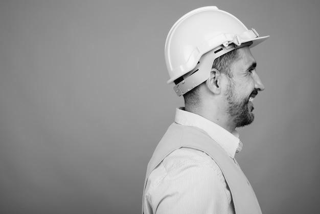 黒と白の灰色のハンサムなひげを生やしたペルシャ人建設労働者の肖像画