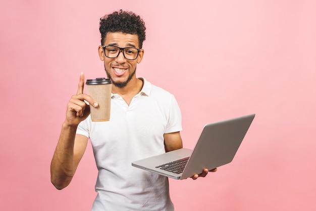 Портрет красивого случайного афро-американского молодого человека, пьющего кофе