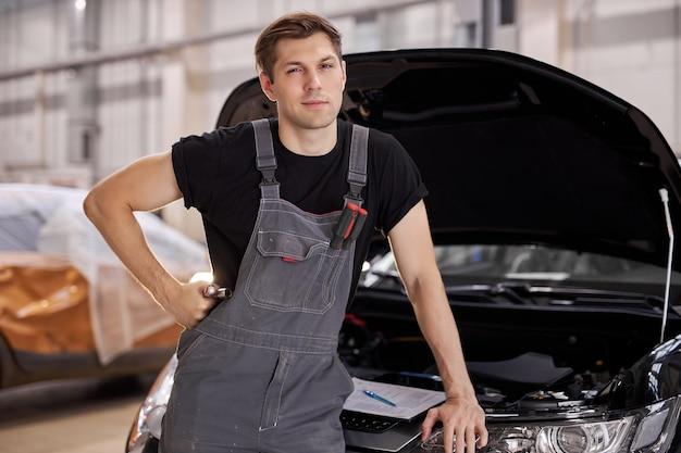 ハンサムな白人の自動車整備士の男の肖像画