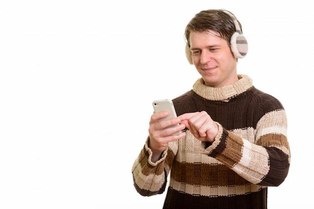 Портрет красивого кавказского человека с помощью мобильного телефона
