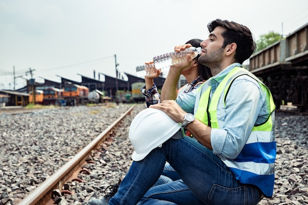 Портрет красивого инженера, расслабляющего питьевую воду