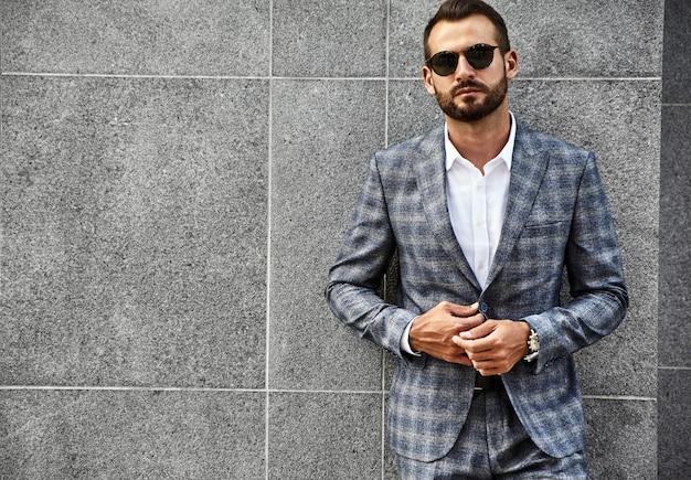 エレガントな市松模様のスーツに身を包んだハンサムなファッション実業家モデルの肖像