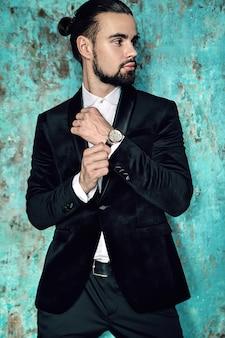 エレガントな黒のスーツに身を包んだハンサムなファッションスタイリッシュな流行に敏感なビジネスマンモデルの肖像画