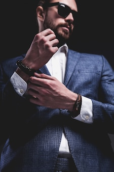회색에 포즈 우아한 파란색 정장을 입고 잘 생긴 패션 유행 힙 스터 사업가 모델의 초상화