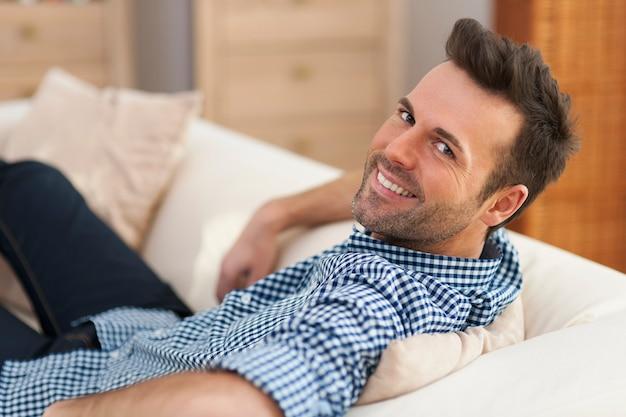 自宅でハンサムな男の肖像画