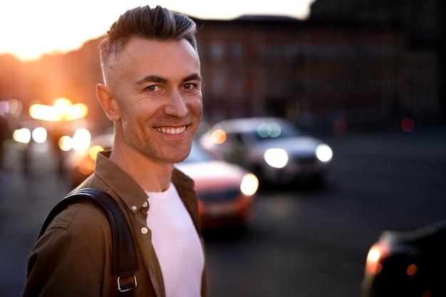 도시의 불빛에 밤에 잘 생긴 남자의 초상화 프리미엄 사진