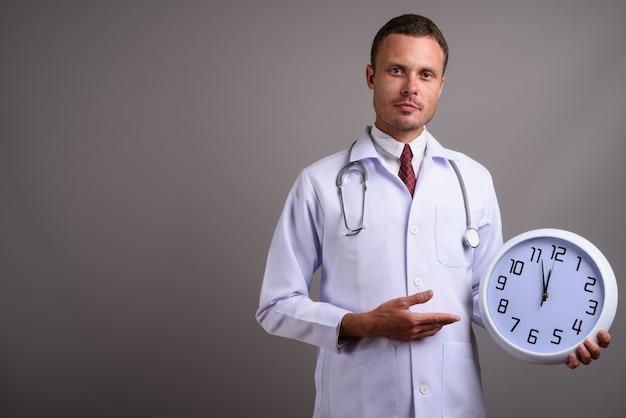 灰色のハンサムな男の医者の肖像画