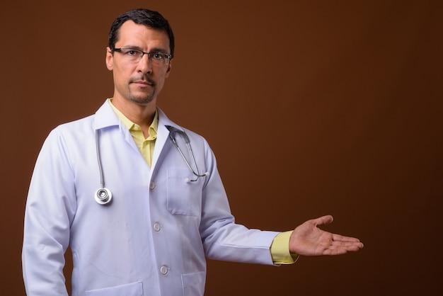 コピースペースを示すハンサムな男の医者の肖像画