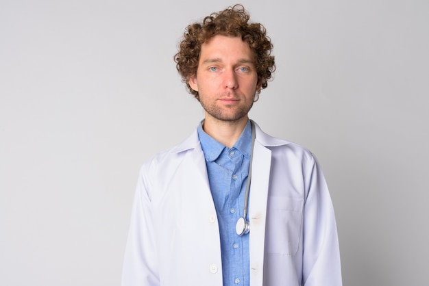 白髪のハンサムな男の医者の肖像画