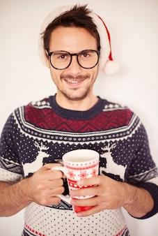 Портрет красивого мужчины во время рождества