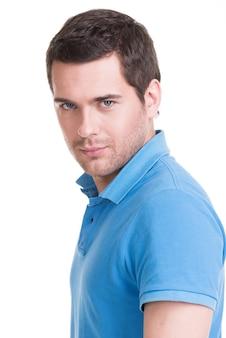 파란색 셔츠에 잘 생긴 남자의 초상화입니다.