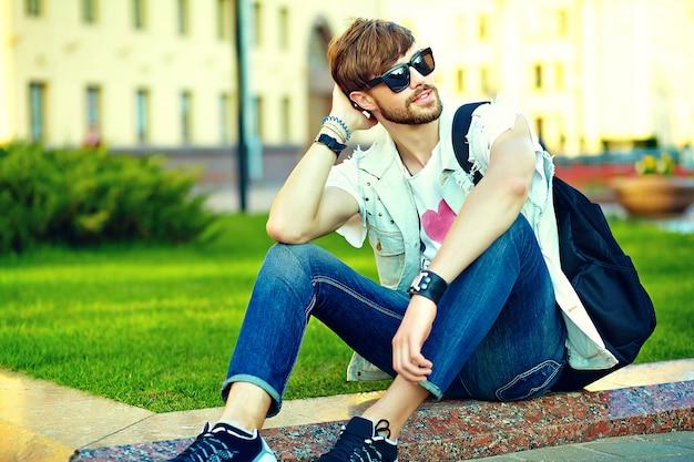 Портрет красавец в стильной одежде битник. привлекательный парень позирует на улице