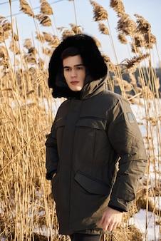 Портрет красивого мужчины на открытом воздухе в снежную зиму