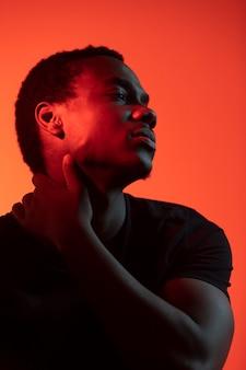 Портрет красивого мужчины на оранжевом фоне