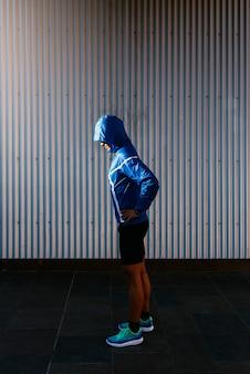 Портрет красивого бегуна в городе. фитнес, тренировки, спорт, концепция образа жизни.