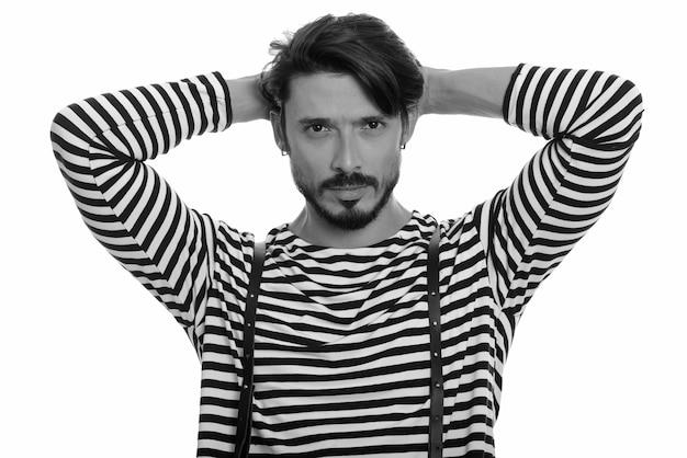 Портрет красивого мужчины в черно-белом