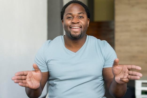 Портрет красивого мужчины улыбается