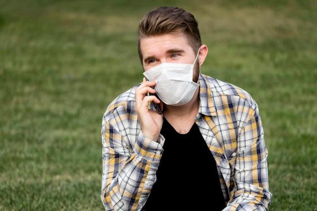 Портрет красивого мужчины разговаривает по телефону