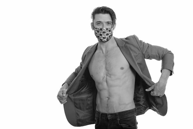 Covid-19 감염으로부터 보호하기 위해 마스크를 쓰고 잘 생긴 남자의 초상