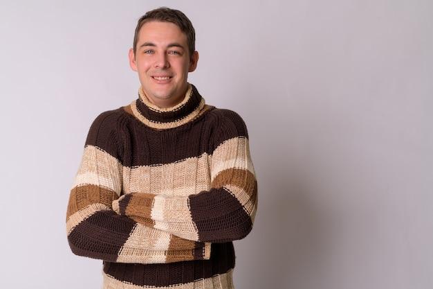흰 벽에 터틀넥 스웨터를 입고 잘 생긴 남자의 초상화
