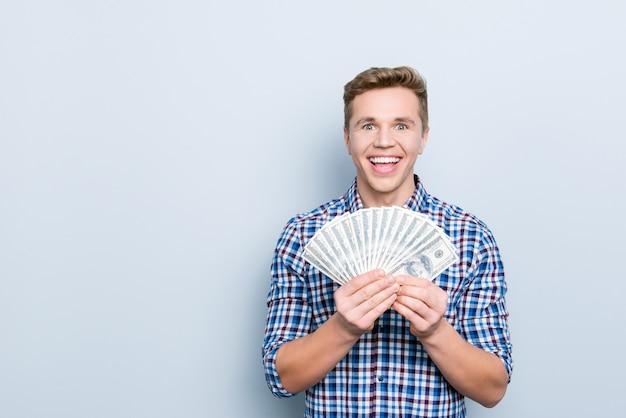 Портрет красивого мужчины с банкнотами
