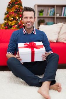 クリスマスプレゼントとハンサムな男の肖像画