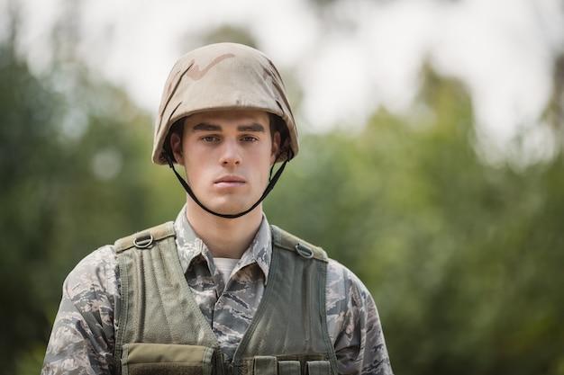 ブートキャンプでハンサムな軍の兵士の肖像画