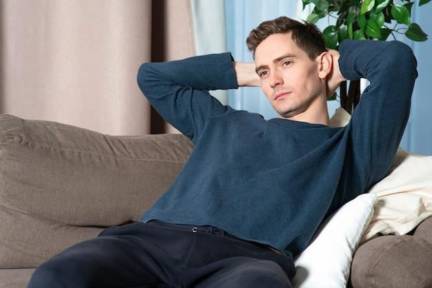 Портрет красивого задумчивого вдумчивого расслабленного одинокого парня, молодой грустный расстроенный мужчина мечтает