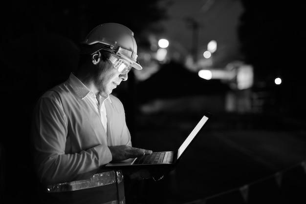 Портрет красивого персидского рабочего-строителя на строительной площадке в черно-белом