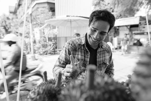 休日を過ごし、黒と白でバンコクの街を探索するハンサムなペルシャの観光客の男の肖像画