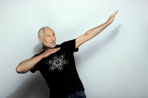 灰色のひげを持つハンサムな年配の白人男性の肖像画