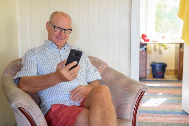 自宅でリラックスしたハンサムな年配の男性の肖像画