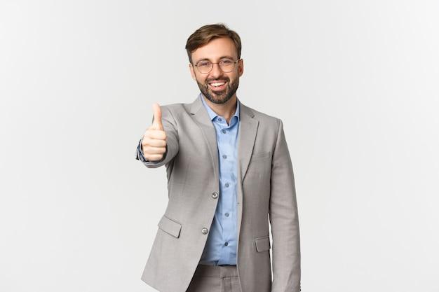 Портрет красивого улыбающегося бизнесмена с бородой, носить и очки