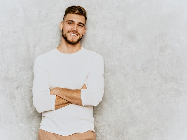 캐주얼 여름 흰 옷을 입고 잘 생긴 웃는 hipster 사업가 모델의 초상화.