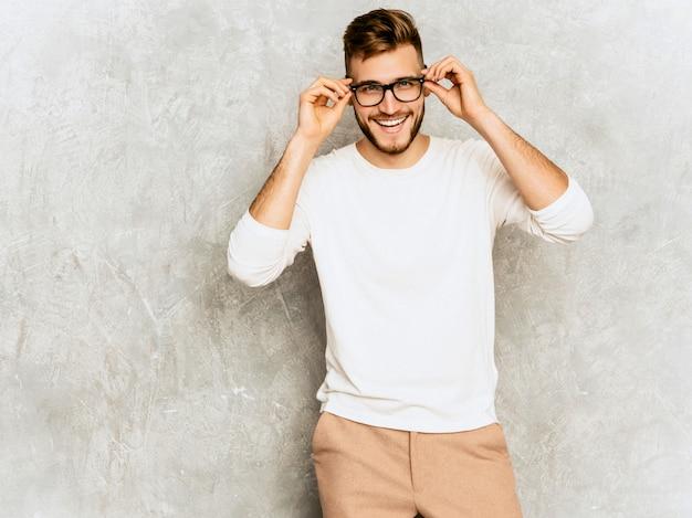 Портрет красивого усмехаясь бизнесмена бизнесмена битника нося вскользь одежды белизны лета.