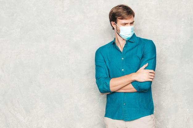 캐주얼 청바지 셔츠 옷을 입고 잘생긴 웃는 hipster lumbersexual 사업가 모델의 초상화.