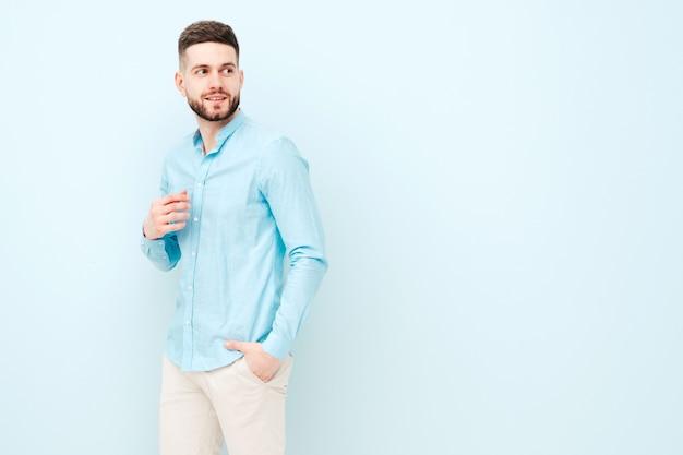 カジュアルなシャツとズボンを身に着けているハンサムな笑顔の若い男の肖像画