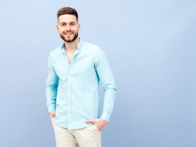 Портрет красивого улыбающегося молодого человека в повседневной рубашке и брюках