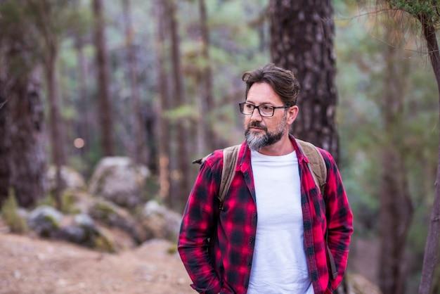森の中を歩くハンサムな若い大人の男の肖像画