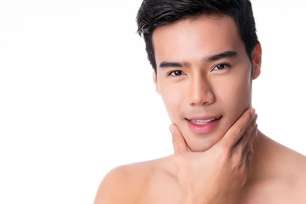 ハンサムな若いアジア人の肖像画。男性の健康と美容、セルフケア、身体とスキンケアの概念。