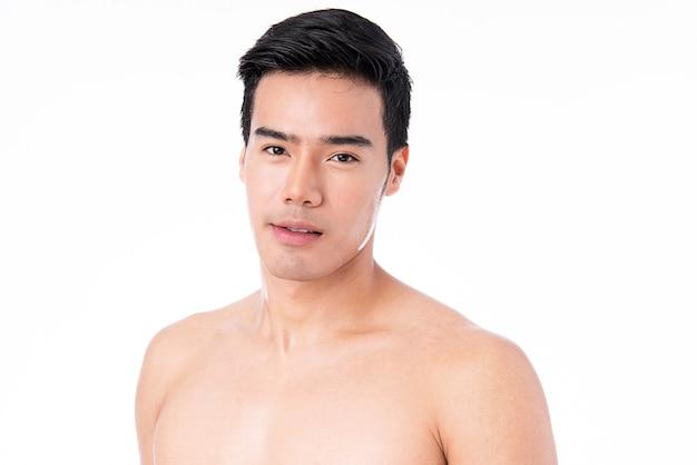 Портрет красивого молодого азиатского изолированного человека. концепция мужского здоровья и красоты, самообслуживания, ухода за телом и кожей. после упражнений и потоотделения.