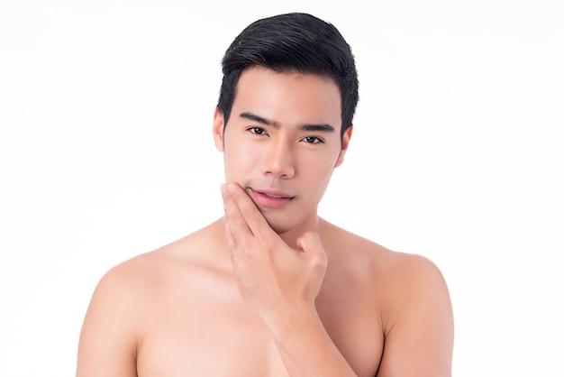 分離されたハンサムな若いアジア人の肖像画。男性の健康と美容、セルフケア、身体とスキンケアの概念。
